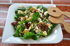 Sałatka ze szpinakiem, fetą i suszonymi pomidorami   Składniki:      3-4 garście świeżego szpinaku,     2-3 suszone pomidory,     1/4 fety,     słonecznik łuskany Kłos Pol,     żurawina suszona.  sos:      1 łyżeczka octu balsamicznego,     1 łyżeczka płynnego miodu Orzech,     1 łyżeczka oliwy z oliwek.