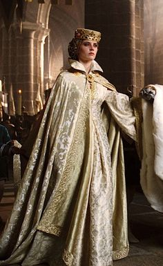 Mantle de brocato, brooche de oro. Vestido quizás un coat hardie de seda con bordado dorado. Eva Green as Sibylla in Kingdom of Heaven - 2005