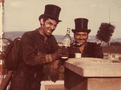 Zwei Kaminfeger mit Zylinder und einer Flasche Grappa vor einem Kamin. Radios, Working Men, Chimney Sweep, Mary Poppins, Couple Photos, Pictures, Art, Flask, Top Hats