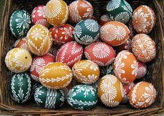 Velikonoční+kraslice+Velikonoční+kraslice+jsou+vyrobeny+ze+slepičích+vajec.+Ruční+práce+zdobení+voskem.+Kraslice+Vám+dodám+ještě+s+mašličkou,+vajíčko+tak+můžete+zavěsit+třeba+na+větvičku+zlatého+deště.+Více+než+30+vzorů,+ale+mohu+pro+Vás+vymyslet+další.+velikost:+výška+vajíčka+cca+7+cm+barva:+Zelená,+modrá+(indigo),+červená,malinová,+oranžová,+žlutá...
