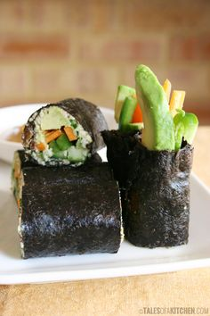 Fresh & crunchy raw vegan nori rolls with a nutty, sweet & spicy sauce. So yummy! Raw Vegan Recipes, Vegan Foods, Healthy Recipes, Healthy Food, Sushi Vegetariano, Vegan Sushi, Raw Sushi, Whole Food Recipes, Cooking Recipes