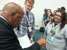 The signing scrum has begun for @repjohnlewis here @Comic_Con #SDCC #Congress #historyinthemaking #March