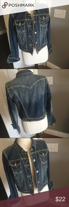 Cropped denim jacket Perfect condition! Cropped denim jacket with contrasting stitching Jackets & Coats Jean Jackets