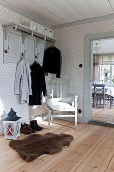 Titta in i det varsamt renoverade Scandinavian Living, Scandinavian Interior, Decorating Your Home, Interior Decorating, Interior Design, Miniature Rooms, Cozy Cottage, Swedish House, Home And Living