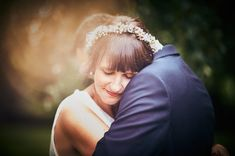 Brautpaar umarmt sich Newlyweds