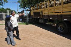 El Subsecretario de Agricultura de los EE.UU., Edward Avalos y la Embajadora de los EE.UU. en Uruguay, Julissa Reynoso observan una carga de ovinos en Salto.