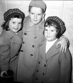 Isabella, Robertino, & Isotta Ingrid Rossellini in aeroporto a Ciampino attendono l'arrivo dei genitori Roberto Rossellini e Ingrid Bergman a Roma, di ritorno da Parigi, il 10 dicembre 1957