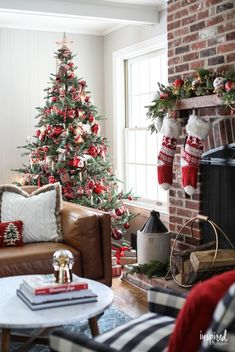 How to Decorate A Nostalgia-Inspired Christmas Tree – The Best DIY Outdoor Christmas Decor Farmhouse Christmas Decor, Country Christmas, Outdoor Christmas, Christmas Home, Vintage Christmas, Merry Christmas, Silver Christmas, Cheap Christmas, Burlap Christmas