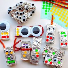 Teeny tiny robots made by wrapping aluminum foil around blocks and then adding stickers and pipe cleaners! Preschool Education, Preschool Art, Robot Theme, Organized Mom, Simple Machines, Small Groups, Preschool Activities, Crafts For Kids, Crafty