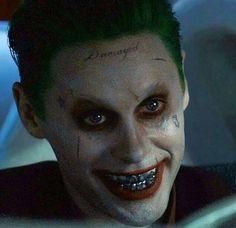 A imagem pode conter: 1 pessoa, close-up Joker Pics, Joker Art, Jared Leto Joker, Joker Poster, Superhero Villains, Close Up, Joker Cosplay, Batman Universe, Joker And Harley Quinn