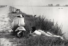 L'amore a Napoli, 1950, fotografia do italiano Mario Cattaneo.  Veja mais em: http://semioticas1.blogspot.com.br/2012/01/homens-ilustres.html