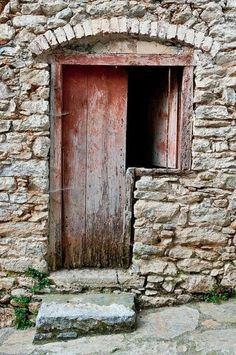 Rustica y muy vieja 🏤 Cool Doors, Unique Doors, Entrance Doors, Doorway, Door Knockers, Door Knobs, Portal, Porte Cochere, Vintage Doors