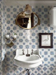 Parisien Bathroom - blue and white tiles, antique fixtures. Bad Inspiration, Bathroom Inspiration, Bathroom Ideas, Bathroom Designs, Decoracion Vintage Chic, Ivy House, Blue Rooms, Architectural Digest, Beautiful Bathrooms