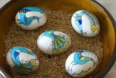 Снимка: авторката   Пред тази Великденска суматоха в Етнографския музей са организирали изложба на писани великденски яйца. Традиционни писани яйца, изработени според каноните на българските майсторки от времената, когато християнството е било белег за национална идентичност. А в някои случаи и по-отдавна, защото се оказва, че писаните яйца не са само християнски ...