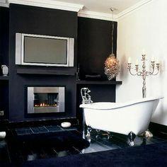 Badezimmer Designs mit Einbaukamin und Flachbildfernseher - schwarz