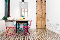 Casinha colorida: Home Tour: só na madeira e com piso de ladrilhos hidráulicos