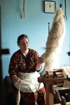 spinning wool from a well dressed distaff on a spindle, next to a loom Spinning Wool, Hand Spinning, Spinning Wheels, Peg Loom, Drop Spindle, People Around The World, Yarn Crafts, Handicraft, Romania
