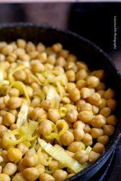 avete fretta ma volete preparare un buon piatto in pochi minuti? Due ingredienti:ceci e porri e il piatto è pronto!