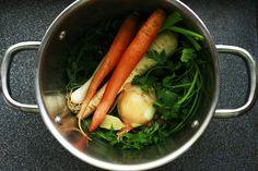Zeleninový vývar využijete do bezmasých polévek, italského risotta nebo jen tak. Příprava je rychlá a jednoduchá. Proto je škoda uchylovat se ke kupovaným polotovarům. Pojďme na to! Kvalitní domácí zeleninový vývar Ingredience: 2 menší mrkve 1 petržel Kousek celeru 2 stonky jar…