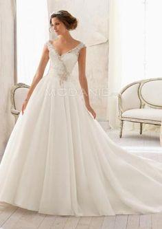 Robe de mariée romantique avec un col en V et les manches courtes