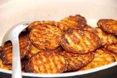 Se hvordan du nemt laver bølgeskårne kartoffelskiver, der krydres med paprika og rosmarin, inden de bages en halv time i ovnen. Kartoffelskiver i ovn er nemt og lækkert tilbehør til bøffer, stege o…