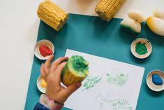 Tehdään taidetta perunaleimasimilla.  Katso ohjeet nettisivuiltamme!  Avainsanat: 0-3v 3-5v 5-7v Kasvikset ja hedelmät Pienryhmätoiminta Ruokailoittelua Taiteellinen kokeminen Plastic Cutting Board, Ethnic Recipes, Food, Essen, Meals, Yemek, Eten