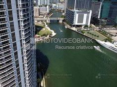 Miami ft.lauderdale canal marítimo   PHOTOVIDEOBANK  Miami ft.lauderdale canal marítimo vista do alto de dia com barcos lancha no canal, imagem paisagem urbana de metrópole torres e canais turismo, cidade com edifícios, viadutos e pontes, passeio turístico EUA