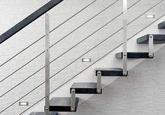 Nášlapy s výraznou kresbou kontrastují s jednoduchou konstrukcí schodiště, nášlapy kotvené přímo do zdi.