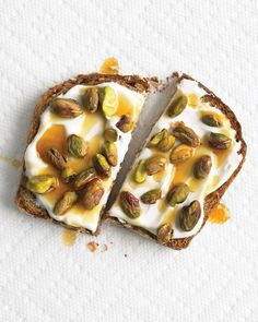 Wholegrain toast with yogurt, pistachios and honey - sweet stroll