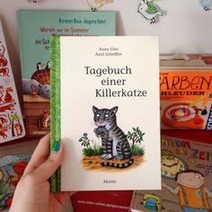 Kuschel ist eine Katze. Sie jagt Vögel, buddelt Löcher ins Blumenbeet und schleppt tote Mäuse an. Alles ganz normal, findet sie. Ihre Familie sieht das aber anders. Mit Illustrationen vom Grüffelo-Zeichner Axel Scheffler.