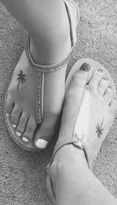 Tatouages pieds palmier Beauty tatoos tatoo ideas tatoos Palm tree tatoo mother and daughter tatoo feet tatootatouage palmier Bff Tattoos, Hawaii Tattoos, Hawaiianisches Tattoo, Best Friend Tattoos, Mini Tattoos, Back Tattoo, Body Art Tattoos, Tatoos, Beachy Tattoos