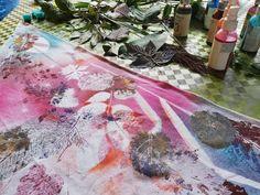Co budeme potřebovat:  Bavlněný šátek – bílý Razítka na textil Aladine – Mandaly Gelová razítka Aladine – Traviny Textilní barva ve spreji Cadence, lilková, oranžová, růžová a tyrkysová Barva na textil IZINK – klasická – hnědá, modrá a bílá Textilní razítkovací polštářek Aladine IZINK – černý  Akrylový blok - průhledný Kontura na textil – bílá a černá I příroda se dá použít pro dekorování, například traviny a lístečky mohou posloužit jako šablonky, využijte (nejen) podzimní poklady :)