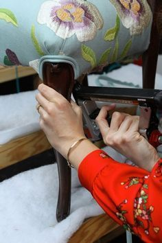 The most detailed tutorial I have ever seen! Handy Step By Step for Upholstery.