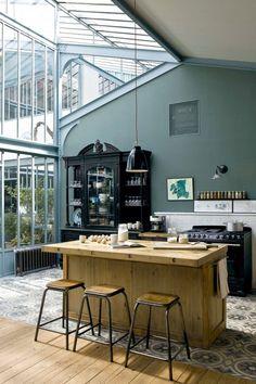 Nous allons rénover la cuisine avec un relooking des meubles de cuisine, la pose d'une verrière d'atelier et d'un carrelage imitation carreaux de ciment...