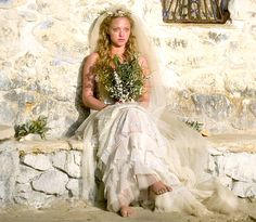 Amanda Seyfried - Seyfried went barefoot in a layered gown for her role as Sophie in the 2008 musical film Mamma Mia. Movie Wedding Dresses, Wedding Movies, Celebrity Wedding Dresses, Wedding Songs, Celebrity Weddings, Wedding Hair, Boda Mamma Mia, Mamma Mia Wedding, Amanda Seyfried Photos
