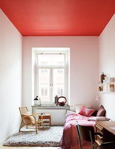 Pintar el cielorraso con un color llamativo y las paredes en colores claros y luminosos es una alternativa ideal para un dormitorio pequeño con paredes altas.