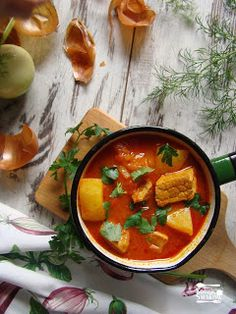 Kolizje smaków: Węgierski bogracz z ziemniakami Thai Red Curry, Ethnic Recipes, Food, Eten, Meals, Diet