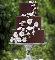 ❤️ Yummy ❤️ New trend- chocolate wedding Cake! ||||||||. As tendências estão sempre indo e voltando, mas algumas receitinhas são sempre muito bem-vindas e aplaudidas quando se repetem nas festas de casamento. Uma delas – um clássico nos bolos de casamento – é o singelo bolo de chocolate, que agrada 10 entre 10 convidados, sem exceção. A guloseima voltou a ser destaque nos casamentos tops e ganhou versões incrementadas, que são uma delícia de comer e de ver, pois são verdadeiras obras de…
