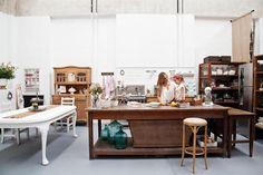 El espacio de trabajo de una estilista  , El sector de trabajo principal de Virginia. El horno industrial Morelli de seis hornallas, la batidora Kitchen Aid y la heladera Electrolux con tablero digital son sus mejores aliados
