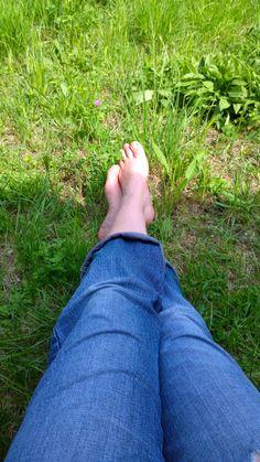 Shoes off - naked feet - kicking back