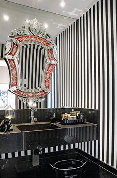 O lavabo tem como atração principal o espelho veneziano (Sônia Antiguidade...
