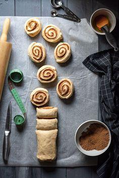 Αφράτα ρολά κανέλας με γλάσο λευκής σοκολάτας (cinnamon rolls) Baked White Chocolate Cheesecake, White Chocolate Icing, Sweet Buns, Sweet Pie, Greek Easter Bread, Best Cinnamon Rolls, Afternoon Snacks, Rolls Recipe, Sweets Recipes