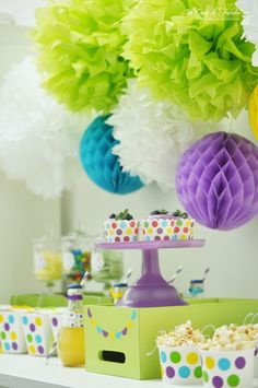 PomPoms     honey combs     Bunter Konfetti Sweet Table     colourful party table     Casa di Falcone