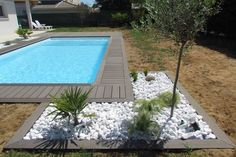 Plage de piscine et galets, France Modern Landscaping, Backyard Landscaping, Beautiful Pools, Backyard Makeover, Pool Decks, Pool Houses, Swimming Pool Designs, Swimming Pools, Patios
