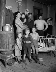 Families During The Great Depression Family of migrant workers! I wonder what happened to these families Antique Photos, Vintage Pictures, Old Pictures, Old Photos, Dust Bowl, Aragon, Historical Pictures, Shorpy Historical Photos, The Good Old Days