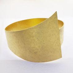 crown / aluminum, gold leaf.  Yasuki Hiramatsu / 平松 保城