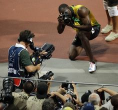 Yesterday, after winning the dash and cementing his place as the fastest man in history, Usain Bolt borrowed a camera from a photographer to take some shots of the celebration from the track. Ussain Bolt, Shelly Ann Fraser, Fastest Man, Olympic Champion, Living Legends, Compression Shorts, Sports Art, Track And Field, Fotografia