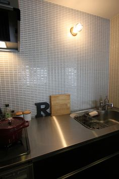 リノベーション 設計事務所 FieldGarage Inc. www.fieldgarage.com/ Kitchen_キッチン Kitchen Tiles, Kitchen Dining, House Interior, Kitchen Interior, Kitchen, Interior, Scandinavian Interior, Kitchen Dining Room, Home Decor