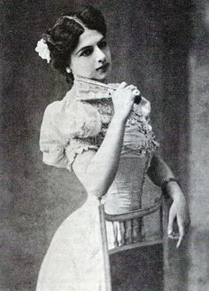 She was beautiful! The famed and framed Mata Hari, executed by the French government for spying! Mata Hari, Vintage Pictures, Old Pictures, Vintage Images, Old Photos, Marie Curie, James Dean, Audrey Hepburn, Steve Jobs