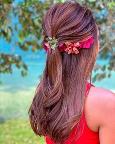 Open hairstyle with twisted braids and small flower hair bouquet, A lovely swirl patterned half tie hairdo for the engagement function. Mehndi Hairstyles, Open Hairstyles, Tiara Hairstyles, Indian Hairstyles, Straight Hairstyles, Simple Hairstyles, Beautiful Hairstyles, Hairdos, Ponytail Hairstyles